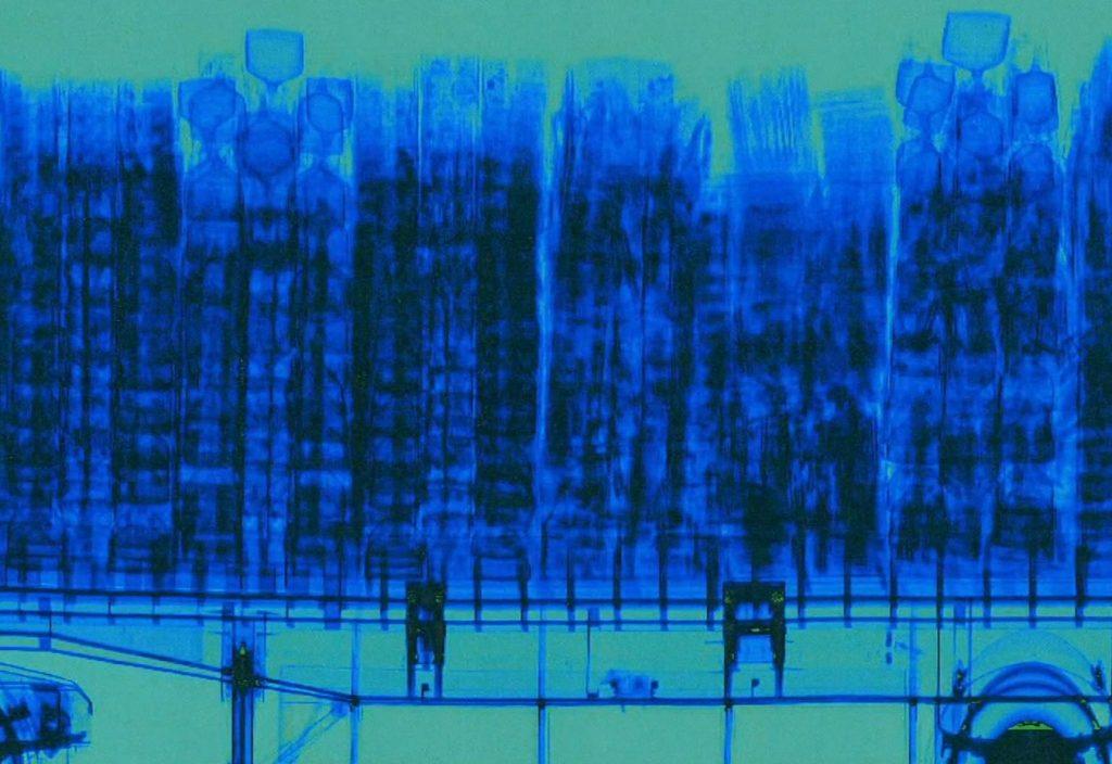 Röntgen kontajnera, na ktorom vidno schovaný elektronický odpad.