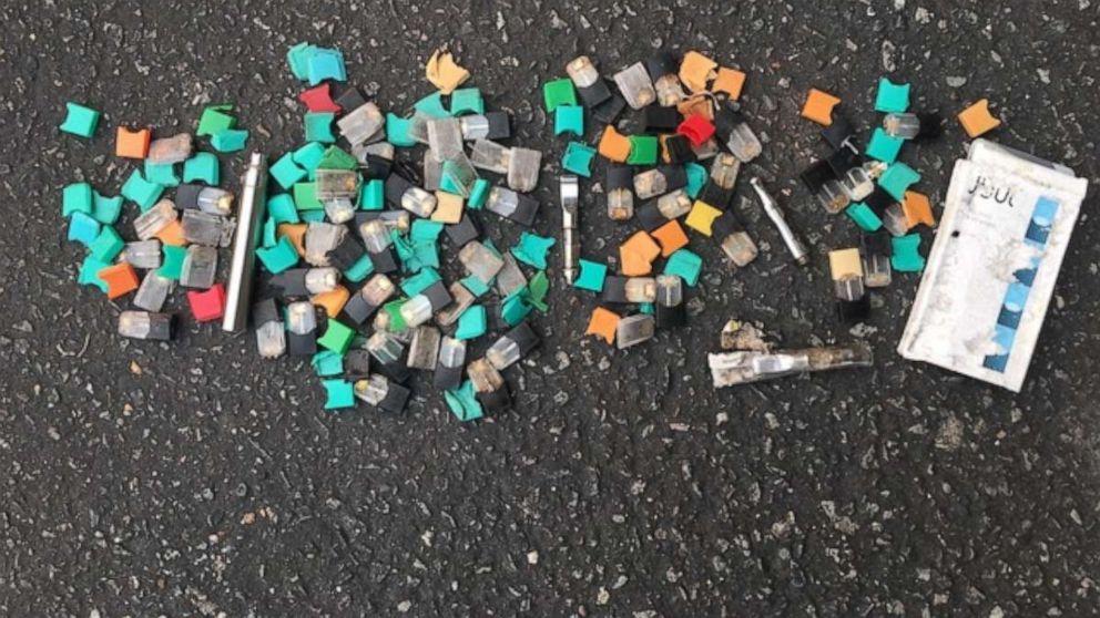Na fotografii je znázornený odpad z elektronických cigariet zhromaždený výskumníkom Jeremiahom Mockom z parkoviska pre študentov v oblasti San Francisco v septembri 2019.