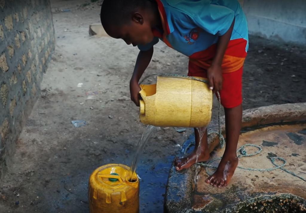 Miestni obyvatelia boli roky nútení piť slanú a kontaminovanú vodu zo svojich studní.