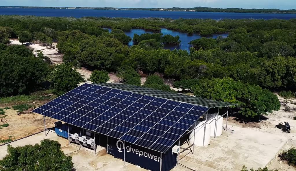 Solárne odsoľovacie zariadenie, ktoré postavila organizácia GivePower.
